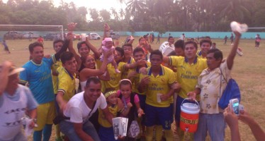 Celebración de los jugadores del equipo Costales que este año ganaron el Mundialito 2014 que cada año se celebra en San Nicolás.